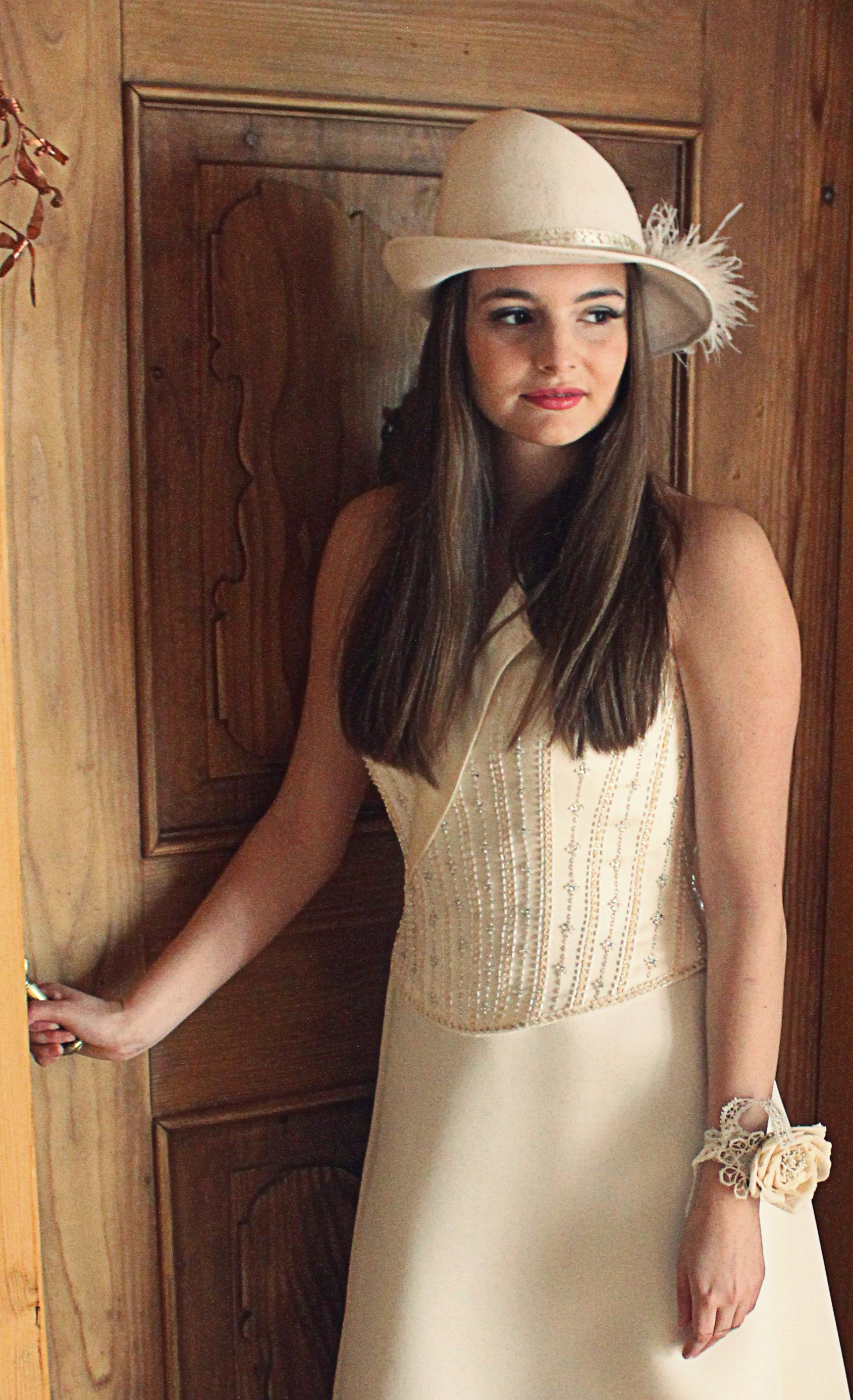 Braut mit elegantem Hut