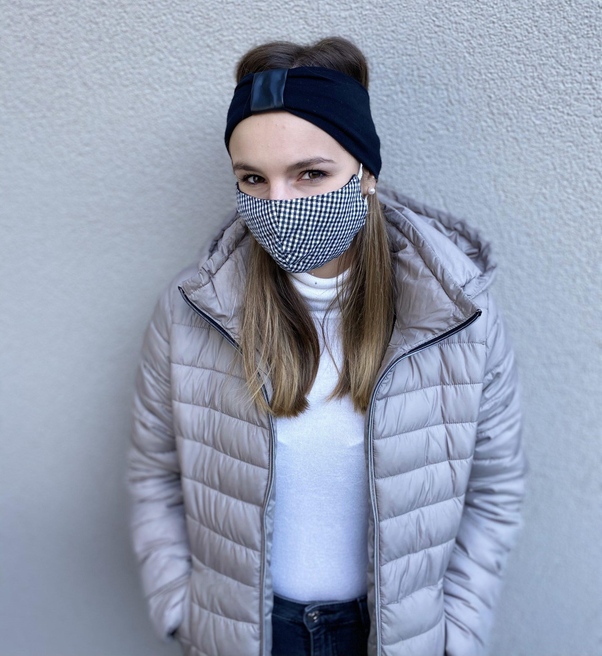 Model mit Stirnband und Mundschutz