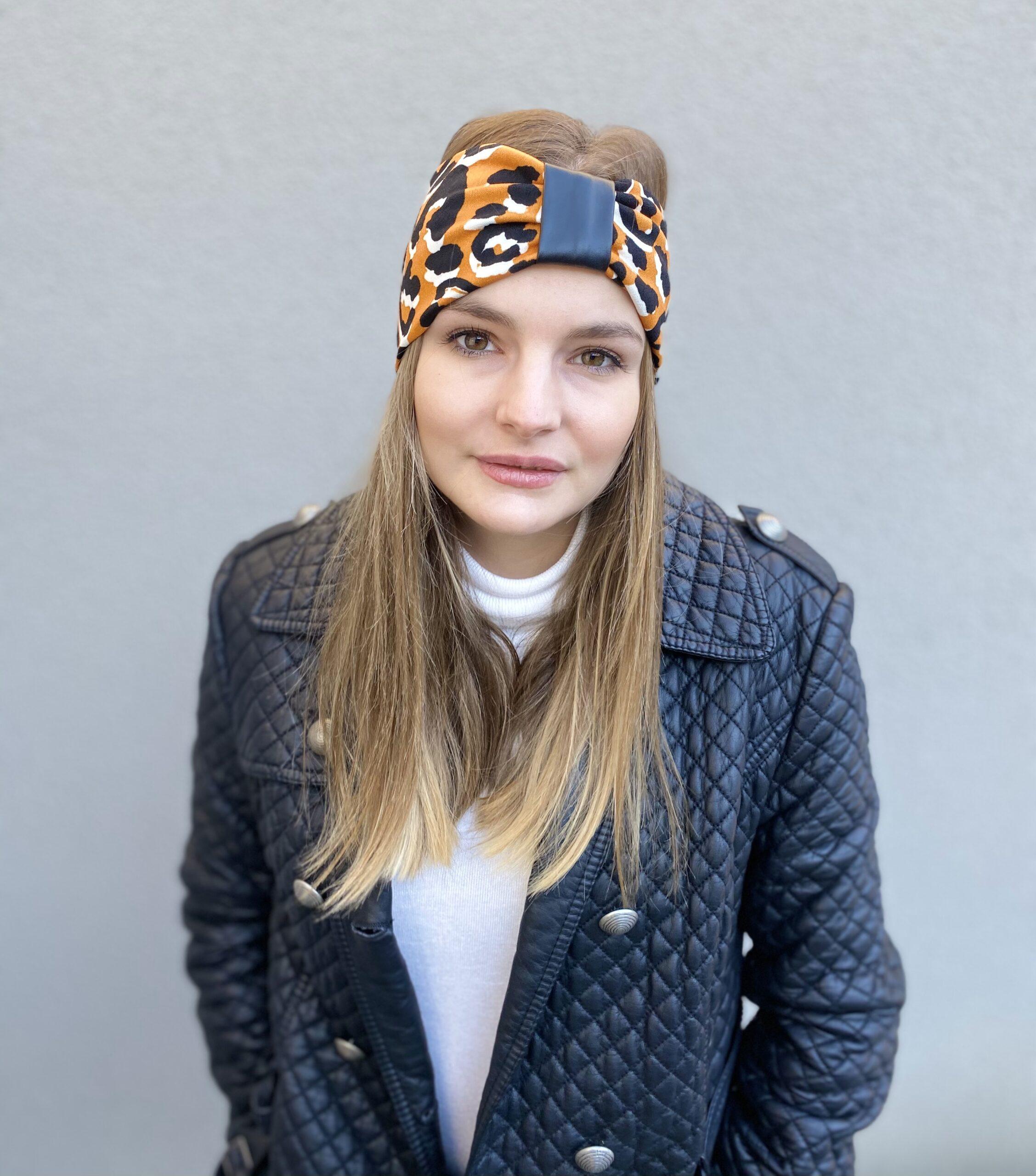 Model mit Stirnband