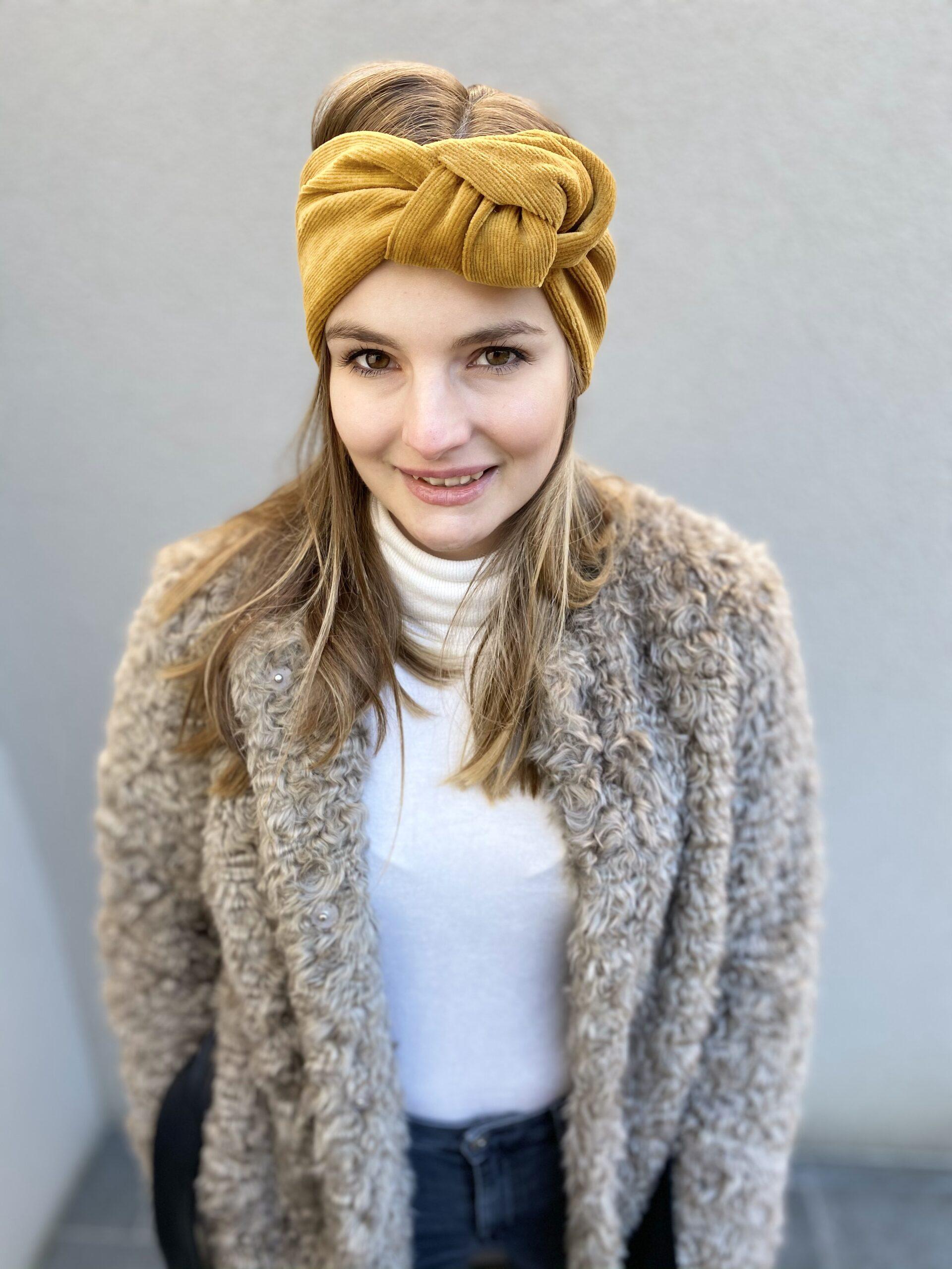 Model mit beigem Stirnband